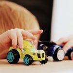 barn leker med leksaker